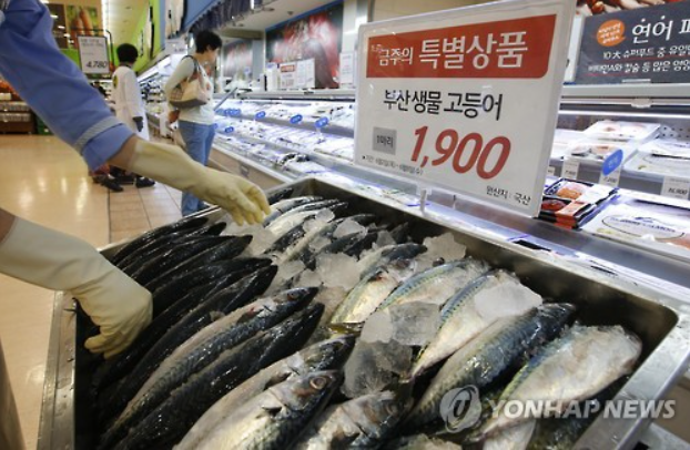 Even considering the natural price decline of mackerel when catches surge after their season opens (usually after the end of May),  industry representatives explained that this year is quite different, and claimed that there is an undeniable relationship between the ministry's recent statement and withering consumer sentiment towards mackerel. (image: Yonhap)