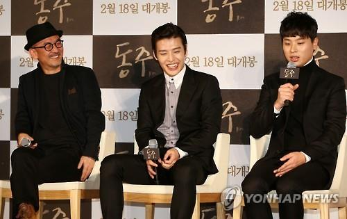 "Lee Joon-ik, director of ""DongJu; The Portrait of A Poet"" and two lead actors talk during a press briefing in Seoul on January 18, 2016. (Image courtesy fo Yonhap)"
