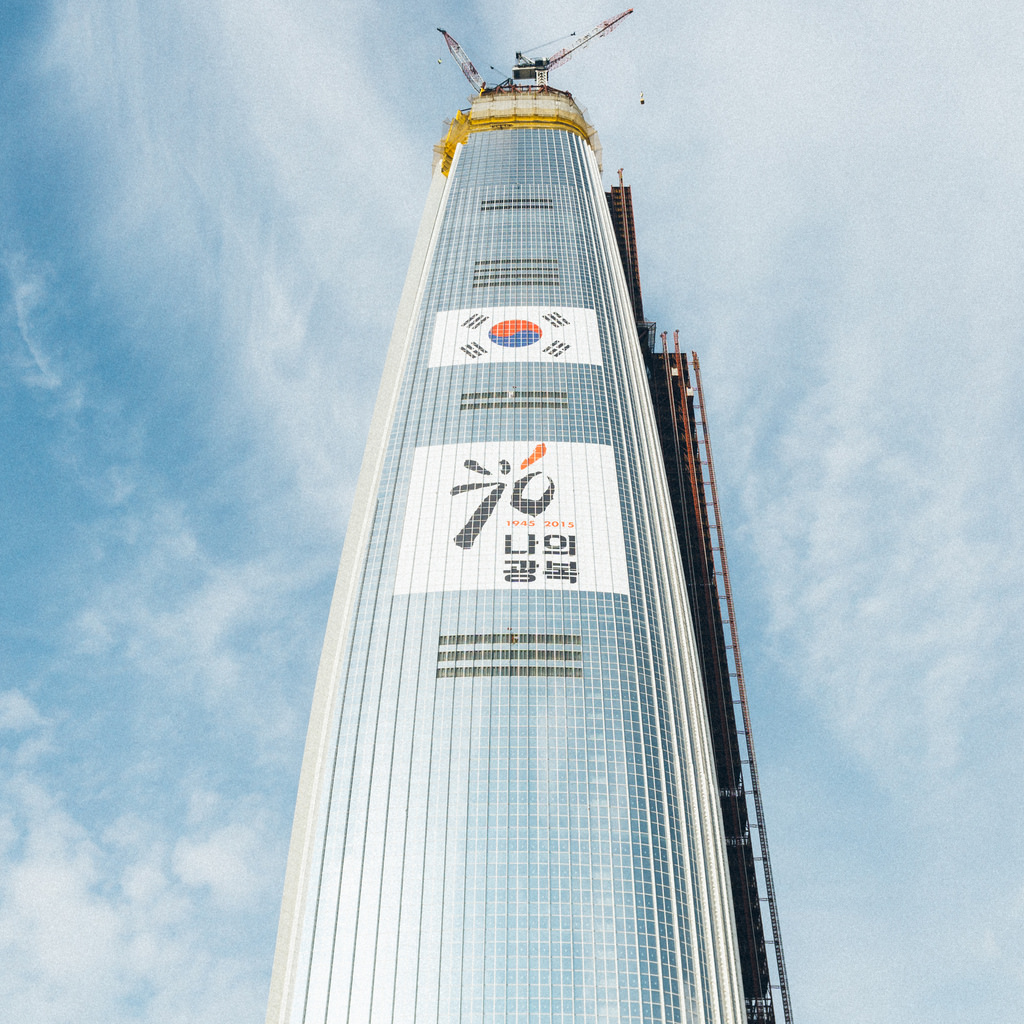 The gigantic flag, which is 36 meters wide and 24 meters high, was fixed to the building's outer structure in August 2015 to commemorate the 70th anniversary of Korean independence on August 15. (image: Flickr/ Teddy Cross)