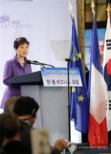 President Park Geun-hye delivers a speech to about 220 South Korean and French business executives at a Paris hotel on June 2. (image: Yonhap)