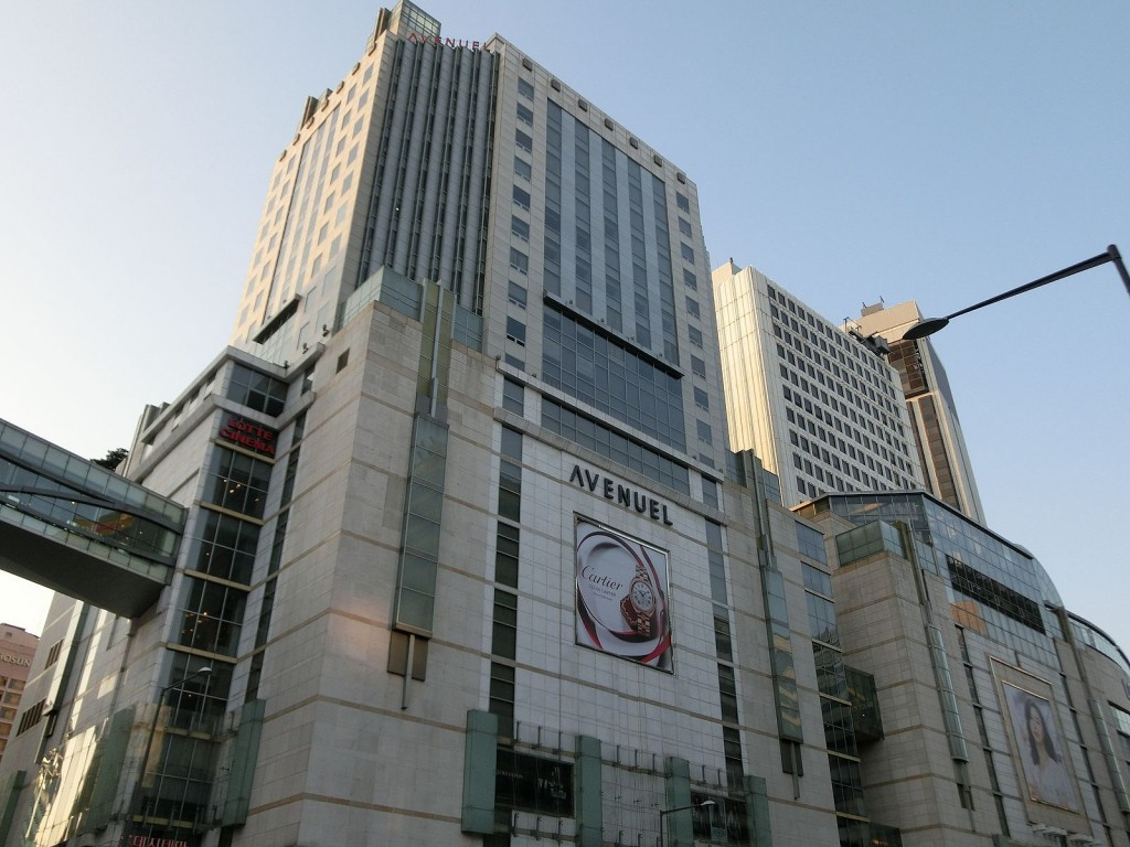 The main branch in Lotte Department Store in Myeongdong renovated the food court on the 12th floor into duty-free space to accommodate more cosmetic and perfume brands and reopened last week. (image: Wikimedia)