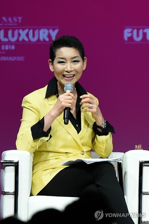Kim Sung-joo, CEO of the South Korean fashion retailer Sungjoo Corp., speaks during a Seoul forum on April 20. (image: Yonhap)