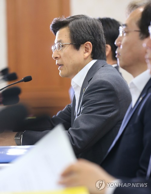 Prime Minister Hwang Kyo-ahn said in a meeting with top officials from multiple state agencies that the government plans to limit the entry of old diesel vehicles into the Seoul metropolitan area, and further encourage environmentally-friendly means of transportation. (image: Yonhap)