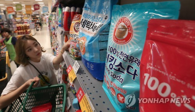 No-poo-jok (no + shampoo) is a word used to describe people who don't use shampoo products with chemicals. These people use baking soda and vinegar to wash their hair. (image: Yonhap)