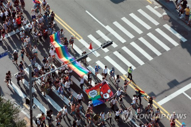 By 4:40 p.m. the queer parade march took off, and participants paraded 2.9km towards Myeongdong's Lotte Department Store, and then back to the plaza. (image: Yonhap)