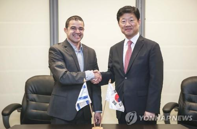 South Korea's Vice Trade Minister Woo Taehee (R) shakes hands with Israel's Amit Lang (L), director general at the Ministry of Economy, in Jerusalem on May 24. (image: Yonhap)