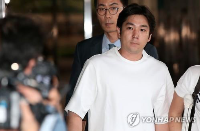 Kangin, a member of K-pop boy band Super Junior, enters the Seoul Central District Prosecutors' Office on June 15, 2016, to face questioning on charges of causing a traffic accident under the influence of alcohol in late May. The 31-year-old, who already has a record of drunk driving several years ago, is suspected of fleeing the scene after crashing into a street lamp in southern Seoul while driving intoxicated. (image: Yonhap)