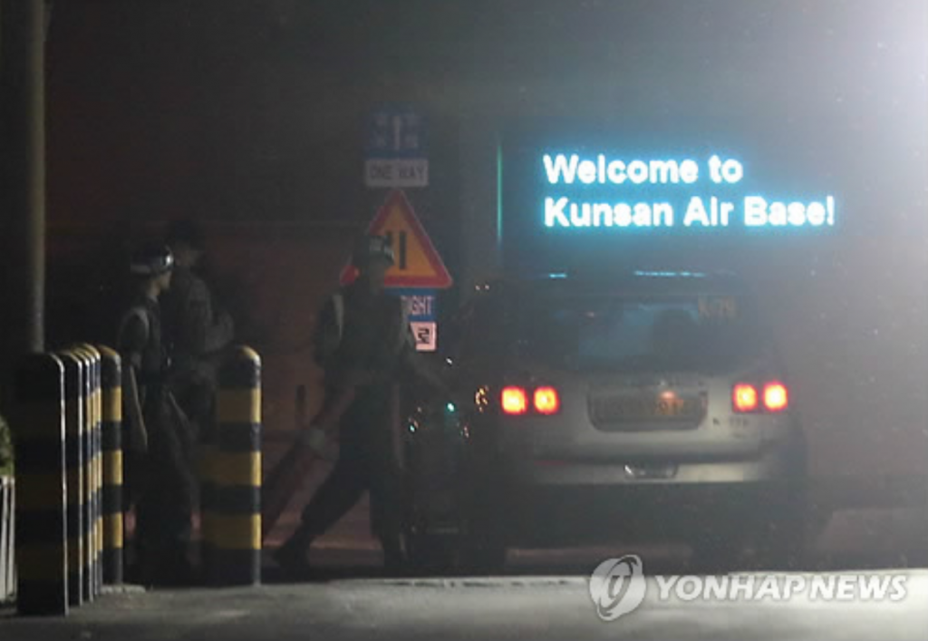 A vehicle entering the U.S. air base in Gunsan, 274 kilometers southwest of Seoul, is put through a security check on June 19, 2016. South Korea's National Intelligence Service said on the same day that the Islamic State has designated U.S. Air Force installations and South Korean citizens as targets of its attacks through a messaging service. (image: Yonhap)
