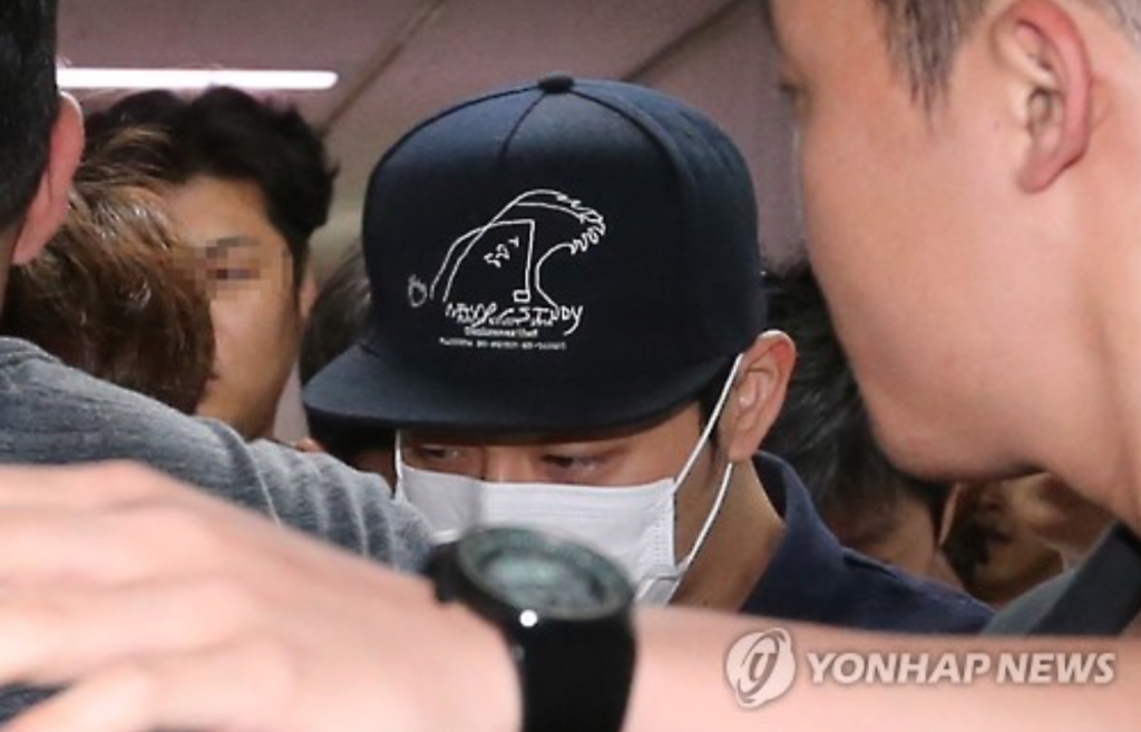 Park Yu-chun, a member of K-pop boy band JYJ, fights past the press as he reports to military duty in Seoul on June 20, 2016. The 30-year-old singer has been accused by four women of sexual assault. He is currently serving his mandatory military duty as a public service worker at a local ward office. (image: Yonhap)