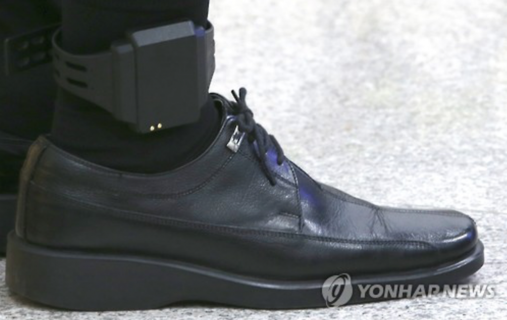 Currently, there are felons convicted of rape, sexual harassment and assault, child kidnapping, murder, and robbery, who are obliged to wear ankle monitors after being released from prison. The policy also applies for attempted cases of these crimes. (image: Yonhap)