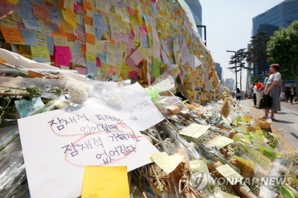 Letters of condolences for the victim who was murdered by a stranger in the popular Seoul district of Gangnam on the gate of Gangnam Station. (image: Yonhap)