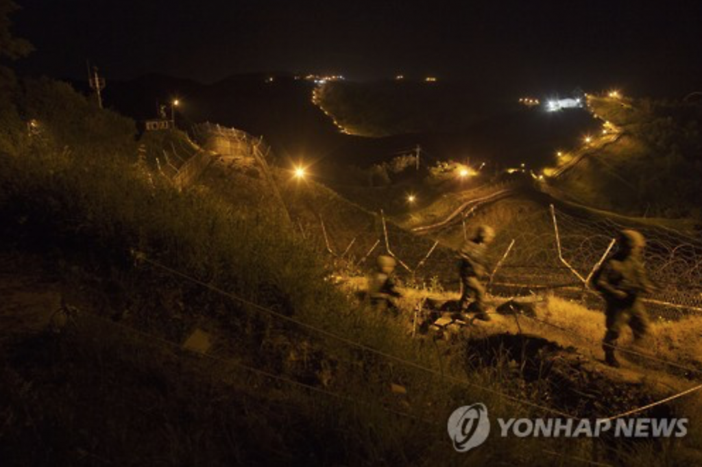 South Korean Army soldiers make a nighttime inspection on the southern side of the Demilitarized Zone dividing the Koreas in Yeoncheon, 62 kilometers north of Seoul, on June 22. (image: Yonhap)