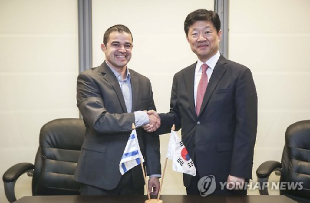 South Korea's Vice Trade Minister Woo Tae-he (R) shakes hands with Amit Lang, director-general of Israel's Ministry of Economy, in Jerusalem on May 24, 2016, after agreeing to start talks on a free trade deal in June, in this photo provided by the South Korean ministry. (image: Yonhap)