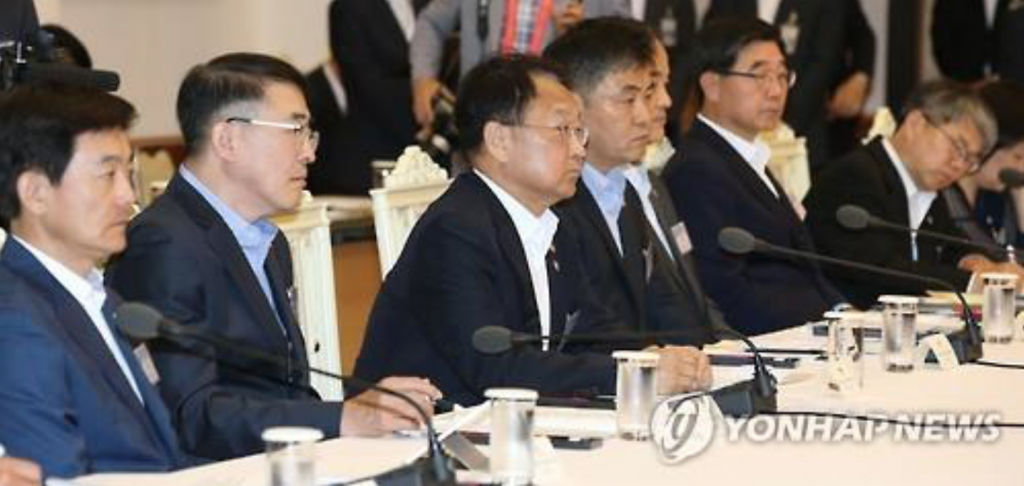 Economy-related ministers, including Finance Minister Yoo Il-ho (third from L), attend a meeting hosted by President Park Geun-hye at the presidential office Cheong Wa Dae in Seoul on June 28, 2016. (image: Yonhap)