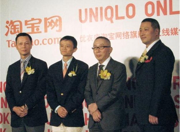 President and CEO of Fast Retailing Tadashi Yanai (second from the right) holding a press conference in Shanghai in 2009. (image: Yonhap)