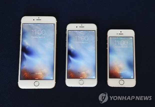 According to a survey conducted by Gallup Korea, of the 879 respondents who used smartphones, 41 percent of those in their 20s used iPhones, whereas 59 percent of those over the age of 60 owned Samsung Galaxy S-series phones. (image: Yonhap)