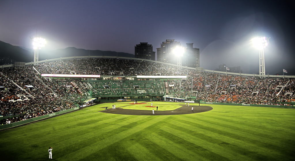The ministry currently estimates that almost 2.9 million disposable cups from baseball stadiums wind up in the trash every year. The new policy, however, is expected to lower the amount by up to 30 percent. (image: KobizMedia/ Korea Bizwire)