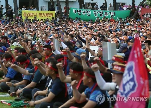 Hyundai Motor Co.'s unionized workers hold a protest rally at the company's plant in Ulsan, a southeastern coastal city, on July 14, 2016. (image: Yonhap)