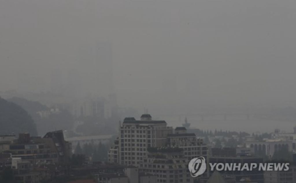 Fine dust refers to particles that are smaller than 10 micrometers and have been known to cause various respiratory problems while also affecting the body's immune system. (image: Yonhap)