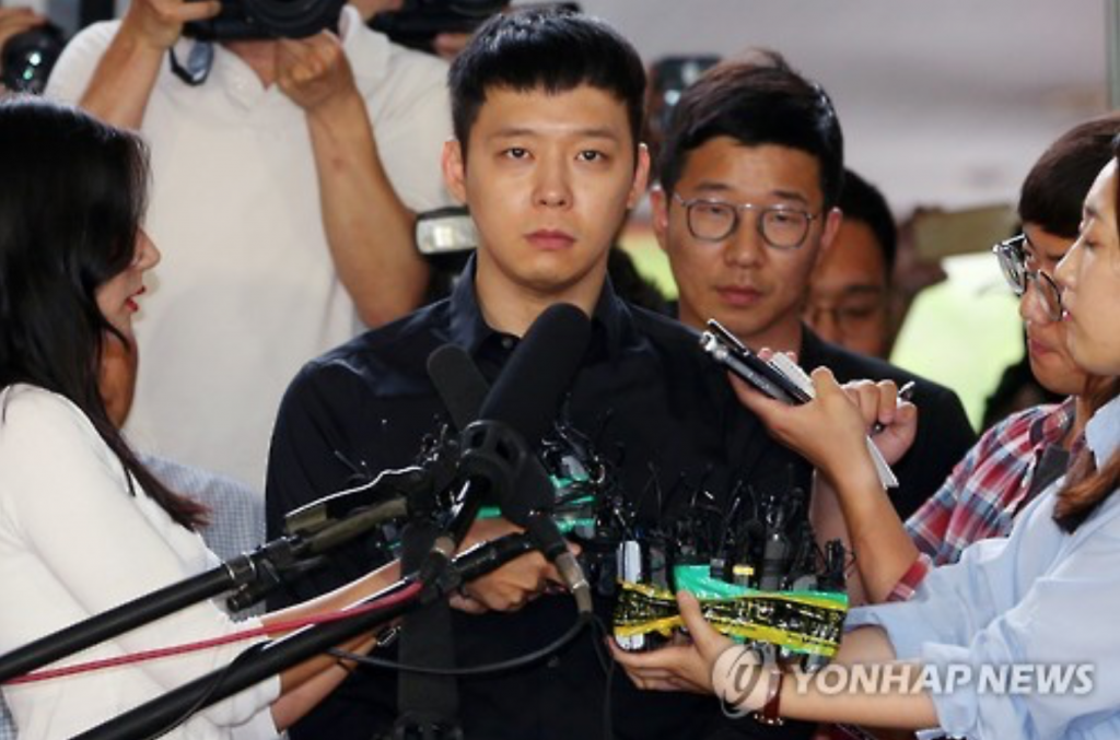 Park Yoo-chun, who was accused of four sexual assault charges (the first one was dropped), showed up at Gangnam Police Station Thursday afternoon around 6:30 p.m. (image: Yonhap)