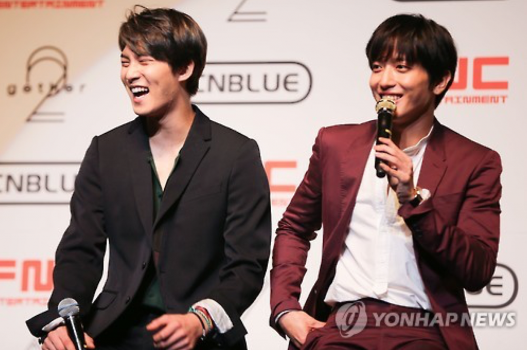 Jung Yong-hwa (R) and Lee Jong-hyun (L), members of the Korean rock band CNBLUE, were found not guilty and summarily indicted with 20 million won in fines, respectively. (image: Yonhap)