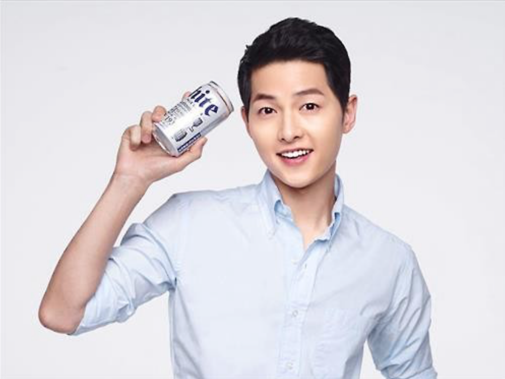 "Song Joong-ki, the lead actor who clinched fame from the drama ""Descendants of the Sun,"" was recruited by Hite Jinro. The company had already reaped ad effects from another celebrity model, singer IU. (image: Hite Jinro)"