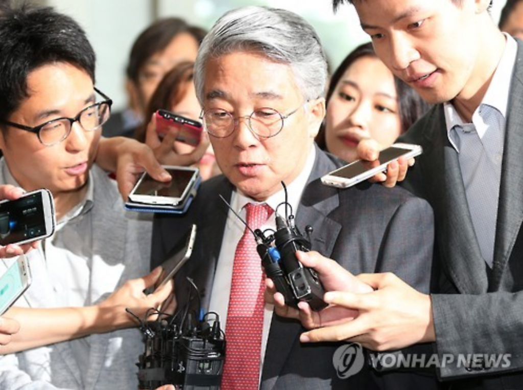Park Dong-hoon (C), a former CEO of the local branch of Volkswagen, enters the Seoul Central District Prosecutors' Office to face questioning over the German carmaker's alleged irregularities that came into light following its emissions scandal. Park, who headed the company from 2005 to 2013, denied any involvement in the wrongdoings. (image: Yonhap)
