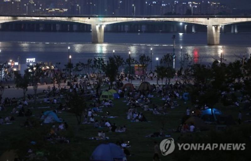 Seoulites Seek Shelter in Public Parks amid Heat