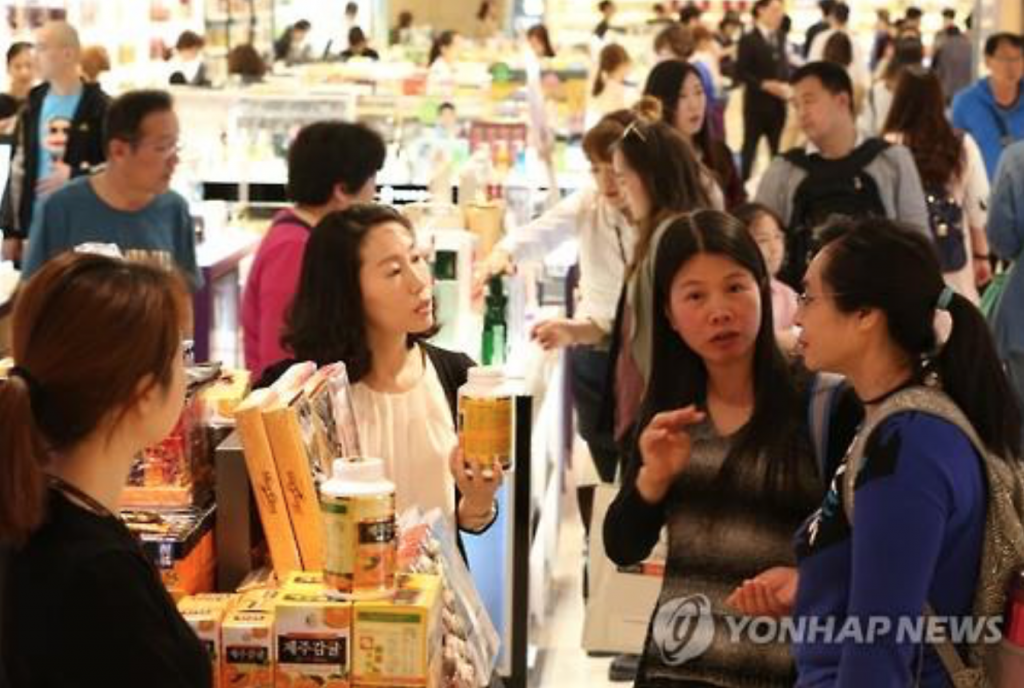 Chinese tourists visiting Korea during China's Labor Day holiday shop at a duty-free shop in downtown Seoul on May 1, 2016. (image: Yonhap)