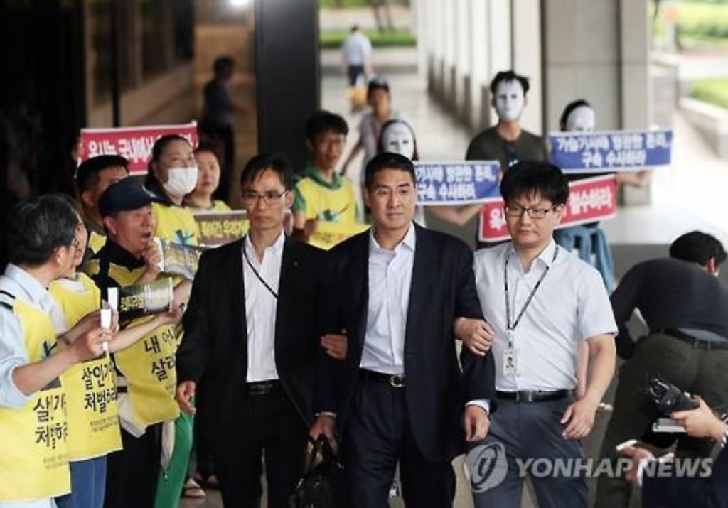John Lee (C), former CEO of the South Korean unit of Oxy Reckitt Benckiser, appears at the Seoul Central District Prosecutors' Office in southern Seoul on May 23, 2016, to face questioning over the British firm's toxic humidifier sterilizer that has allegedly resulted in scores of deaths and illnesses here since 2011. Prosecutors said on July 14 that they have indicted the Korean American. (image: Yonhap)