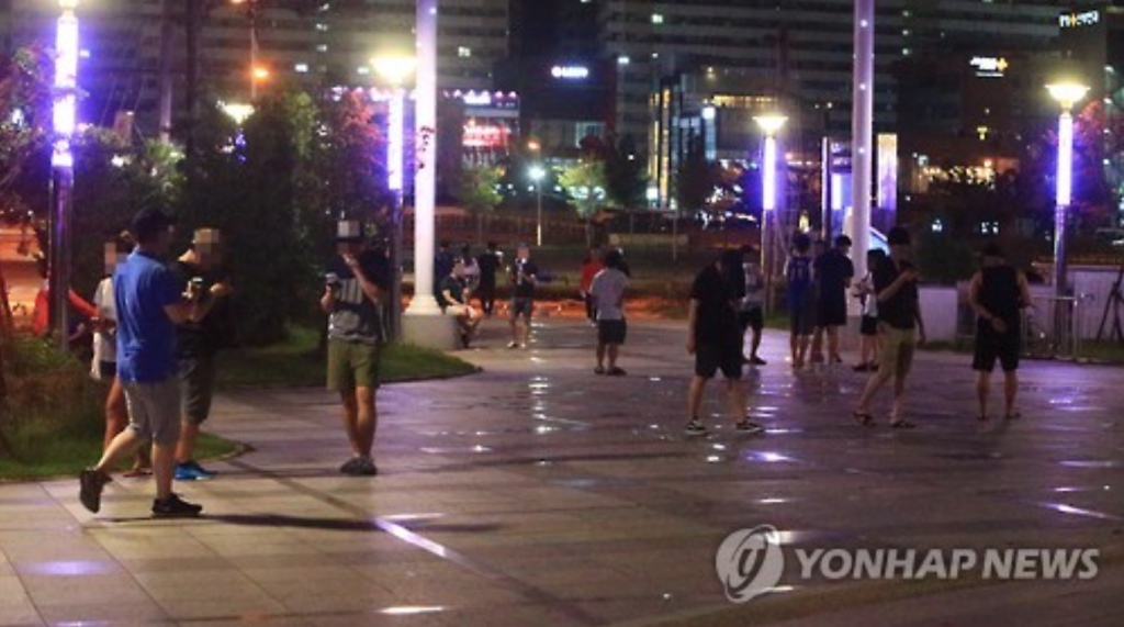 People crisscross a park in  Sokcho on July 13 to play Pokemon Go on their smartphones. (image: Yonhap)