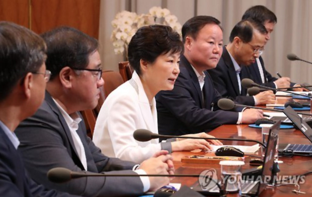 President Park Geun-hye (3rd from L) presides over a meeting of her senior secretaries at the presidential office Cheong Wa Dae on July 11. At the meeting, Park defended a recent Seoul-Washington decision to deploy an advanced U.S. missile defense system in South Korea, saying it won't be used to target countries other than North Korea, and won't violate their security interests. (image: Yonhap)
