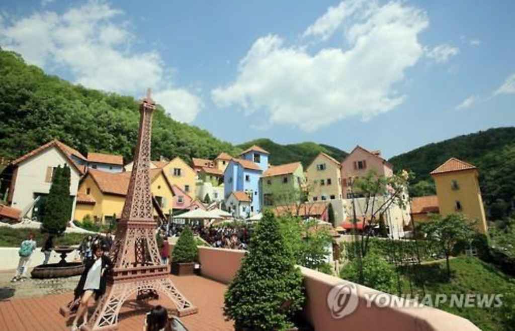 Established in 2008, Petite France covers an area of 117,357m2 and overlooks Cheongpyeong Lake, providing visitors with the feeling of a European coastal village in the Mediterranean. (image: Yonhap)