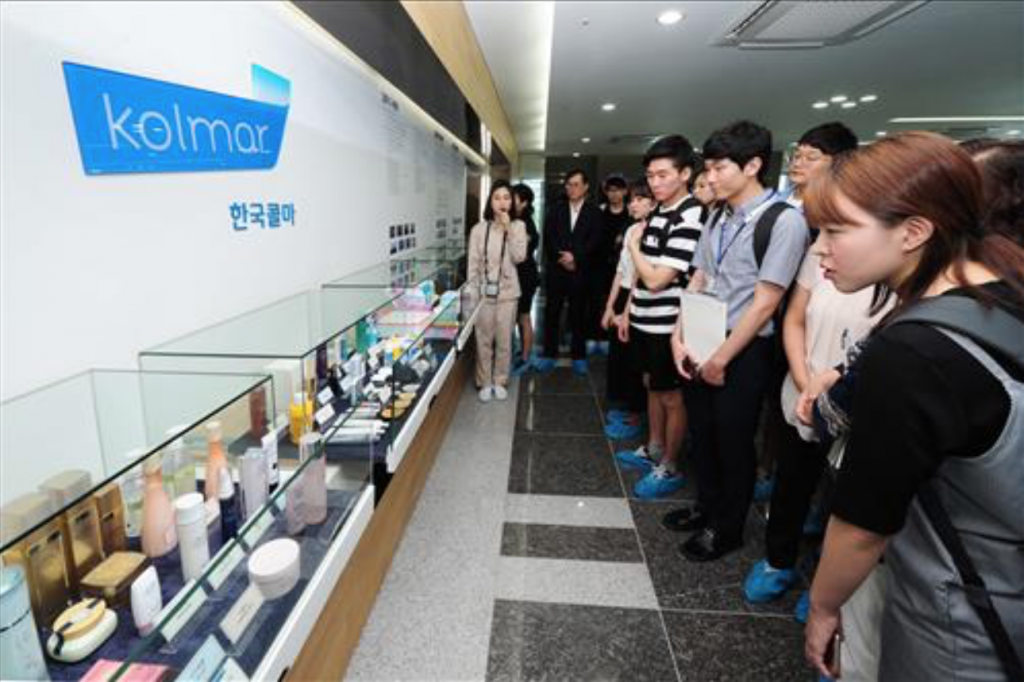 """Perhaps I shouldn't insist on big companies only, and start looking around for a smaller company that might offer a better job and working environment,"" said Kim Na-young, a senior at Chungnam National University who was among the visitors. (image: Yonhap)"