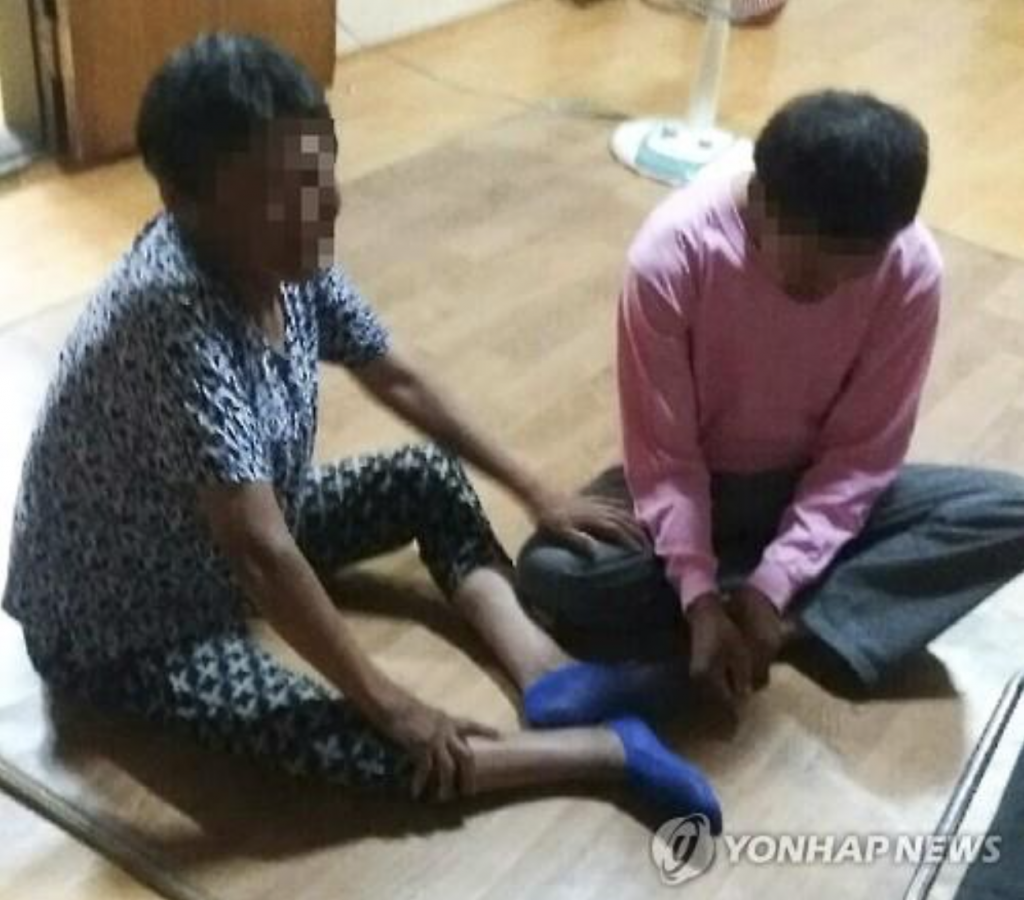 Mr. Ko and his mother. (image: Yonhap)