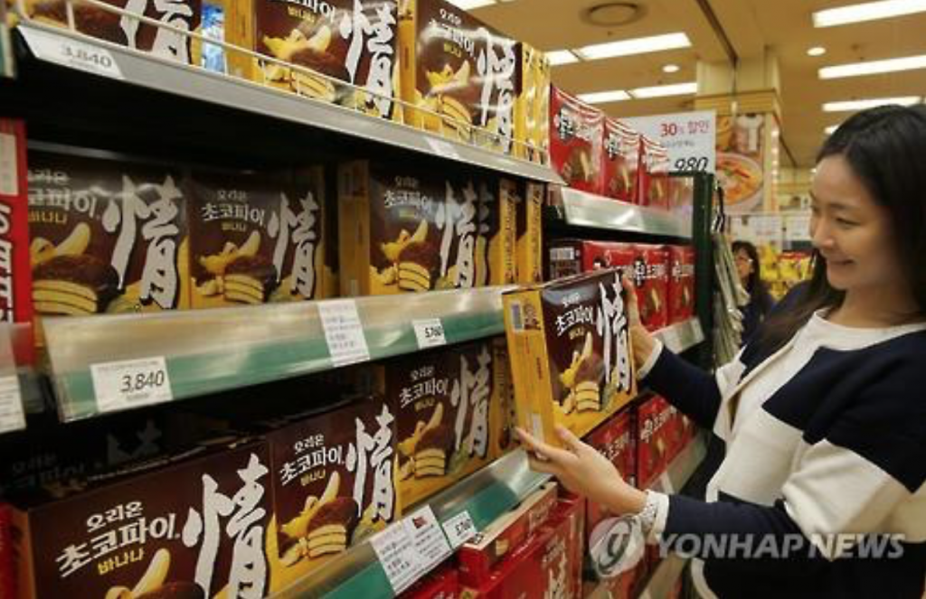 Makers of chocolate pie snacks reaped instant success when they marketed the same snack in banana flavor in March. (image: Yonhap)