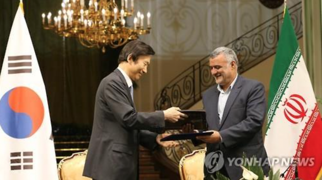 South Korean Foreign Minister Yun Byung-se (L) exchanges documents with Iran's agriculture minister after they signed an MOU on bilateral fisheries business cooperation in Tehran on May 2, 2016. (image: Yonhap)