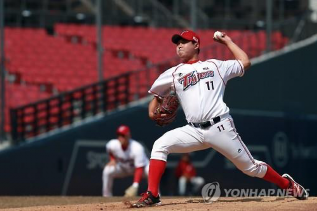 Yoo Chang-sik of the Kia Tigers makes a pitch during a preseason Korea Baseball Organization game against the NC Dinos at Gwangju-Kia Champions Field in Gwangju on March 16, 2016. (image: Yonhap)
