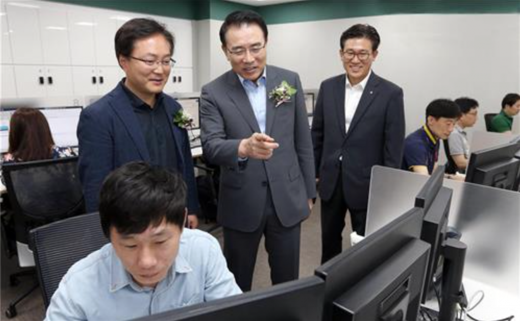Chief Executive Officer Cho Yong-byoung (C) visits a Smart Work Center. (image: Shinhan Bank)