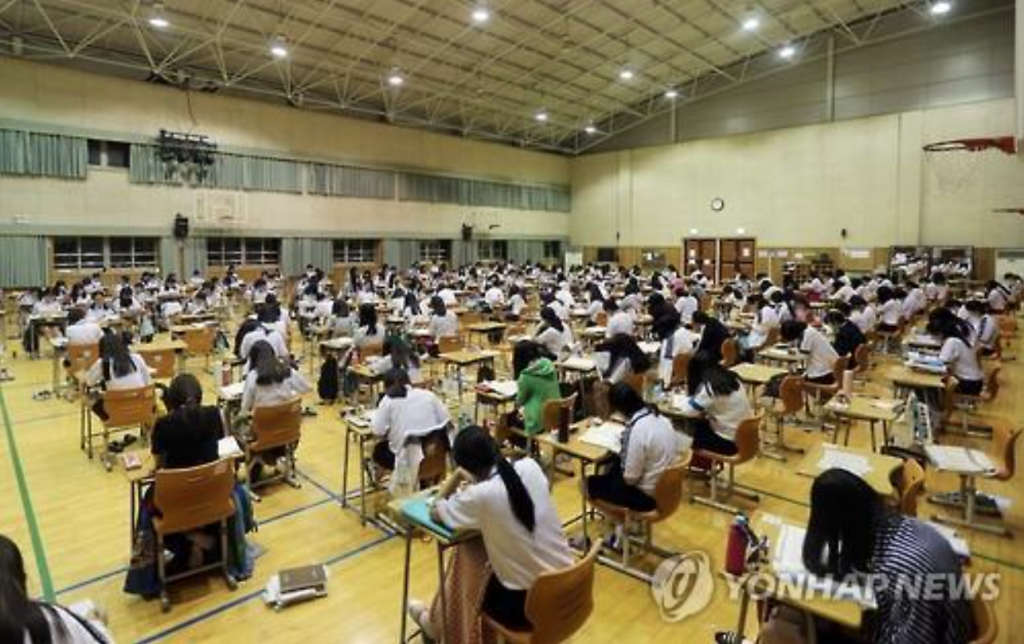 The challenge took place in the school's multi-purpose room, and the participants were prohibited from using all electronic devices, including cell phones and MP3 players, until they had finished each day's event. (image: Yonhap)