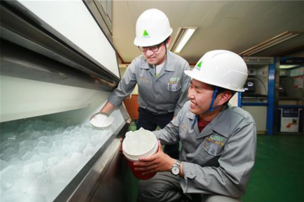 "The company has distributed some 1,000 portable ""spot coolers"" for employees working inside narrow spaces. It also set up 190 ice machines to have ice available around the clock. (image: Yonhap)"
