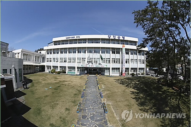 """I can now conveniently make a public announcement while I'm out in the field working or when I'm at home. It saves a lot of time by not going to the community center,"" said Yoon Hae-seong, a Hangchon Village leader in Doam-myeon. (image: Yonhap)"