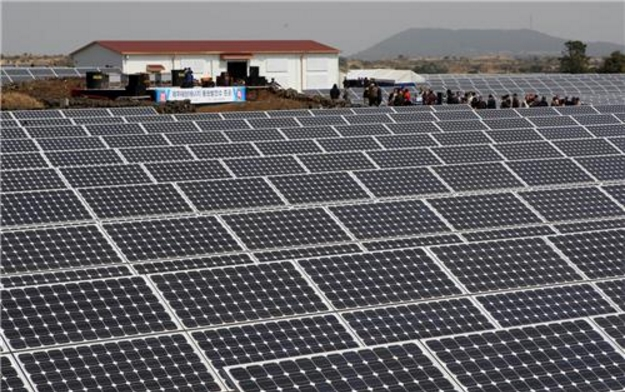 The Jeju government will recruit more citrus farmers every year, and a total of 511 ha (5.1 million square meters) of farmland will be converted to solar power generating facilities by 2030. (image: Yonhap)