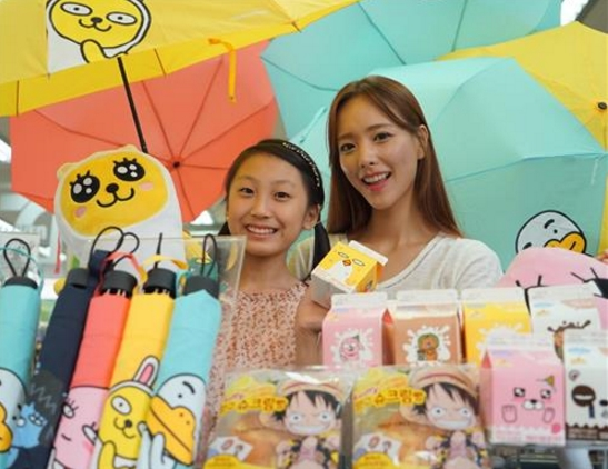 A popular convenience store chain, 7-Eleven, started selling small foldable umbrellas printed with Kakao Friends characters, which are also popular among youths and adultescents. (image: Yonhap)