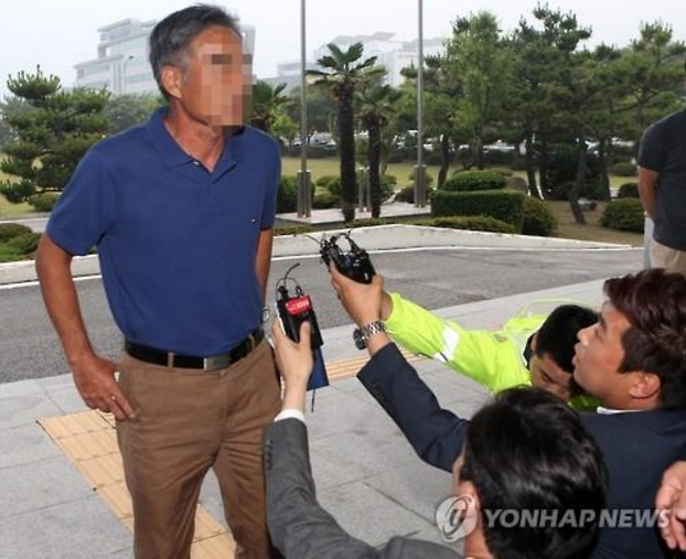 "Lee came back to Korea on June 27 to take part in the investigation of a witness, and told reporters, ""I just did what I had to as the first officer on the ship."" (image: Yonhap)"