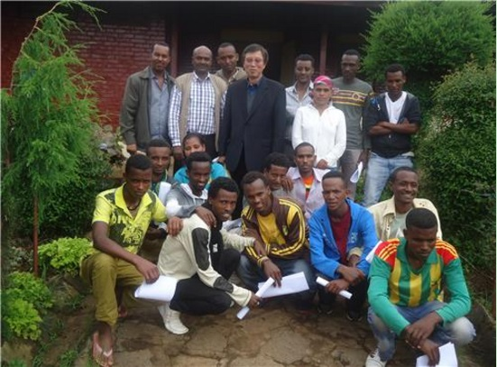 Professor Lee Moo-ha and his students at Ethiopia's Adama Science and Technology University. (image: Professor Lee)