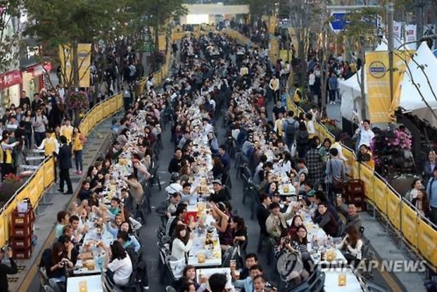 Last year, the festival set a record with 3,619 people drinking a toast at once. Merchants and neighborhood residents participated in planning the festival again this year. (image: Yonhap)