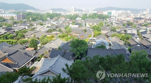 More than 9.5 million tourists visited Jeonju Hanok Village last year. (image: Yonhap)