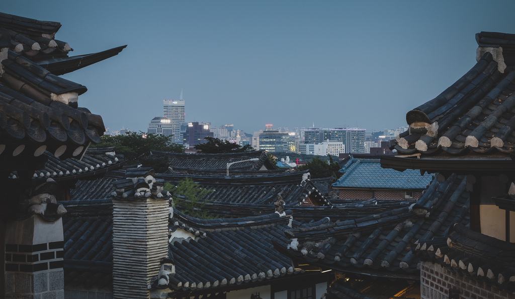 Public hanoks run by the city government in Bukchon, a neighborhood located east of Gyeongbok Palace, are open for visitors to freely enjoy. (image: Flickr/ Rene Adamos)