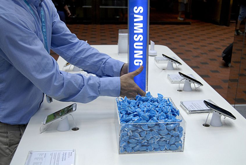 Citing a source in China familiar with North Korean affairs, the Daily NK reported the North Korean security officials dispatched to monitor laborers are using smartphones made by Samsung and LG, despite the ban on such purchases. (image: KobizMedia/ Korea Bizwire)